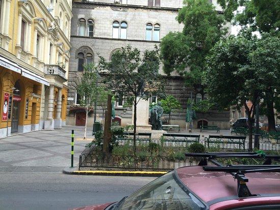 Hotel Palazzo Zichy: zielony skwer przed hotelem