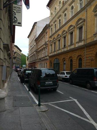 Hotel Palazzo Zichy: uliczka przed wejściem