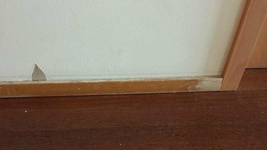 TRYP Lisboa Oriente Hotel: Rodapie y pared deteriorados