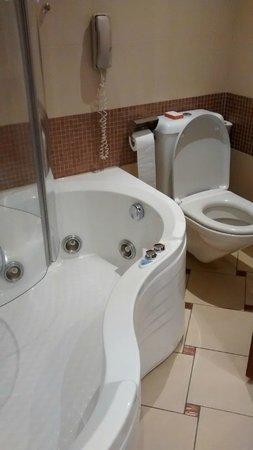 Four Seasons Hotel: Bathroom