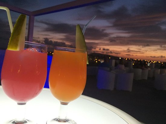 Sandos Papagayo Beach Resort: cocktails on the chill out terrace