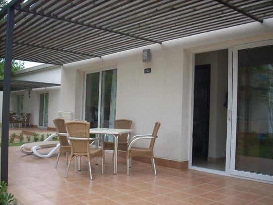 Valentin Playa de Muro: y la habitación(bungalow) con terracita, muy completa!!