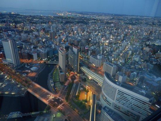 Yokohama Royal Park Hotel: 6月午前4時ごろ桜木町駅方面