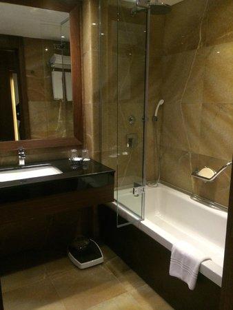 Crowne Plaza Istanbul - Harbiye: Modern bathroom