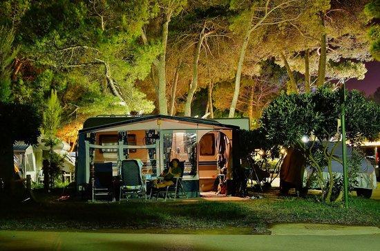 Camping Village Pino Mare: Auch bei Nacht tolle Stimmung