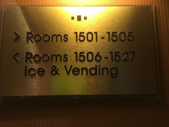 Pittsburgh Airport Marriott: Top Floor Signs (27 Rooms On Each Floor)