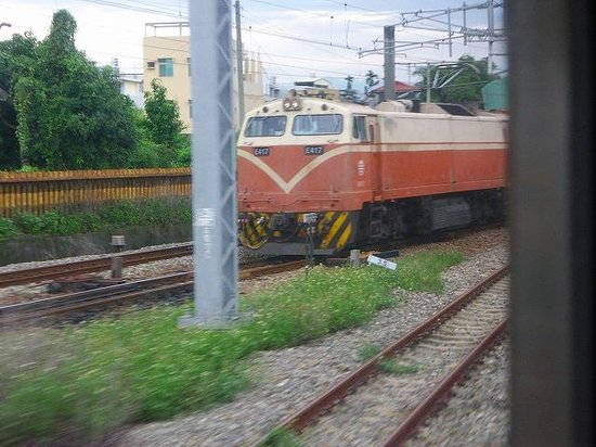 Ershui Station: しばらくの間縦貫線と並走する