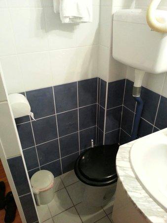 Hotel Mermoz : Toilettes pour petits gabarits uniquement!