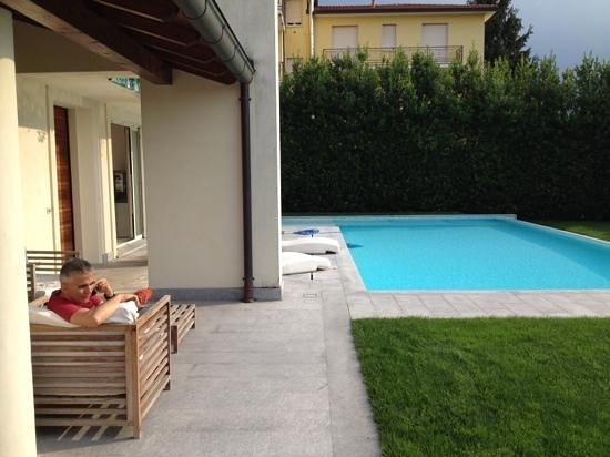 C-Rooms Bed & Breakfast: piscina per relax con panorama sulla valle