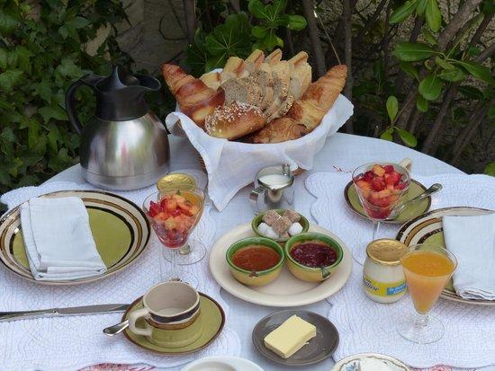 Mas de la Beaume: Breakfast Service
