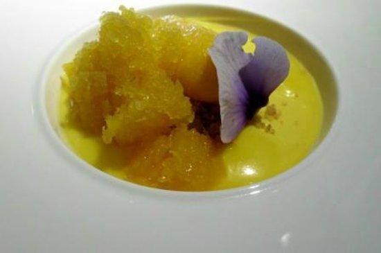Andreu Genestra Restaurant: Crema de mango con granizado de mango y naranja.  Vino Ses Nines.