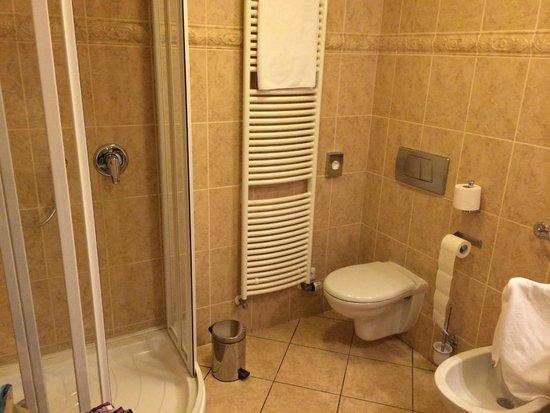 Boutique Hotel Constans: łazienka - strona z kabiną prysznicową