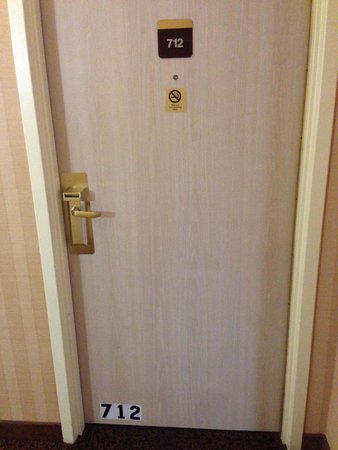 Poughkeepsie, Estado de Nueva York: Odd reflective stickers on the bottoms of the hotel doors.