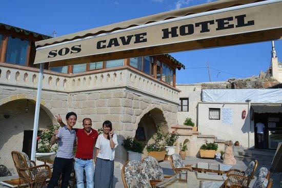 SOS Cave Hotel: テラスでオカムラさんと