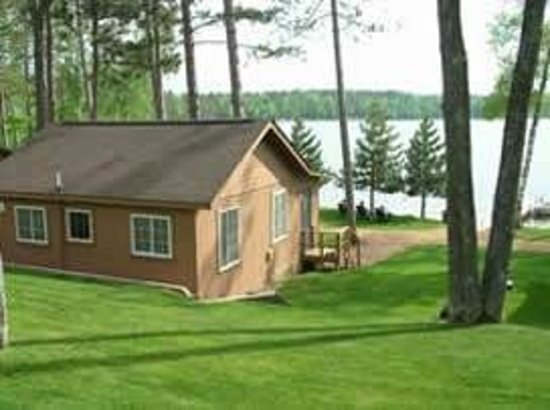 Saint Germain, WI: Gentle slope from the parking to the cabins