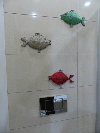 A'Zambezi River Lodge: Beaded wire fish on bathroom wall