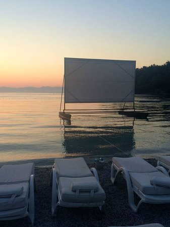 Hillside Beach Club : Movie on the beach