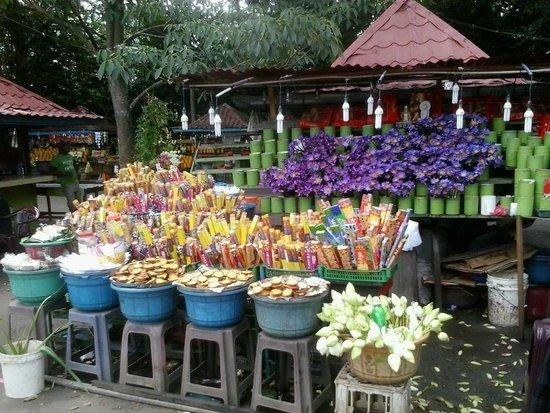 Kelaniya Raja Maha Vihara: The shops where you can buy flowers