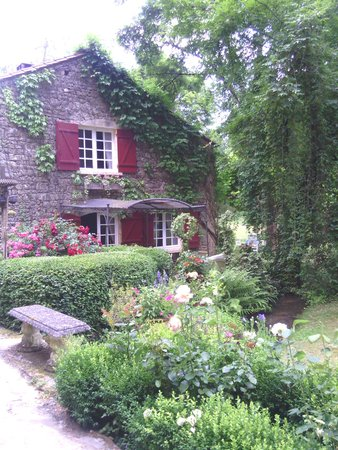 Le Moulin Neuf : Maison au volet rouge...