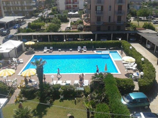 Hotel Primavera: Piscina