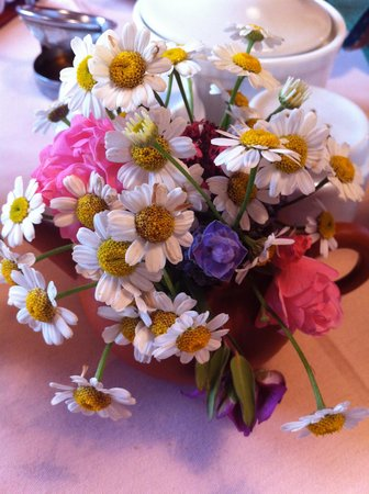 Megalong Valley Tearooms: Flowers on the table...