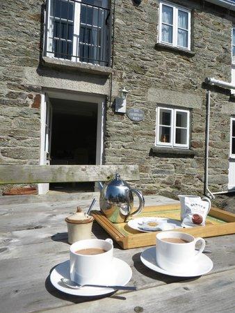 Rosewyn Farmhouse: thé servi devant la maison :-)