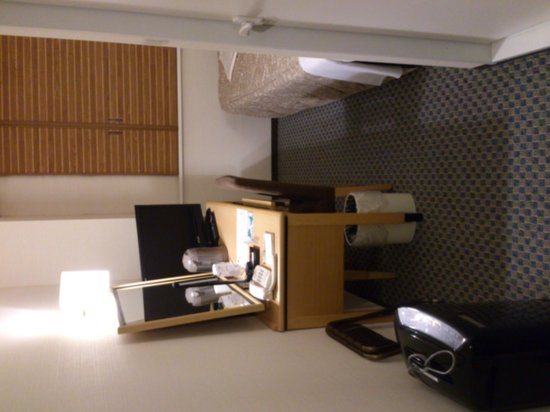 Keio Presso Inn Ikebukuro: 玄関から見た部屋