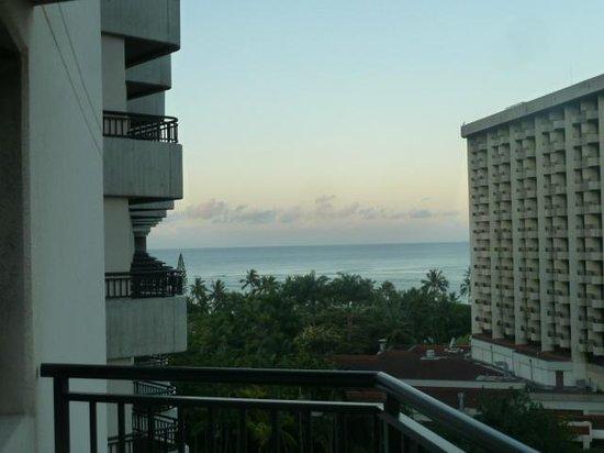 Hale Koa Hotel: peek-a-boo ocean view