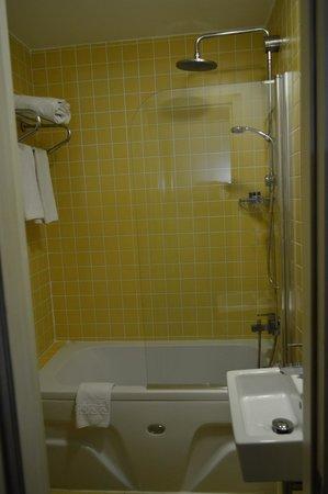 Adamar Hotel: Salle de bain, assez petite