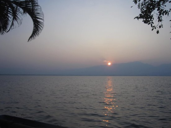 Phra Tamnak Kwan Phayao and Phayao Fresh-water Fishery Station: Le lac au coucher du soleil