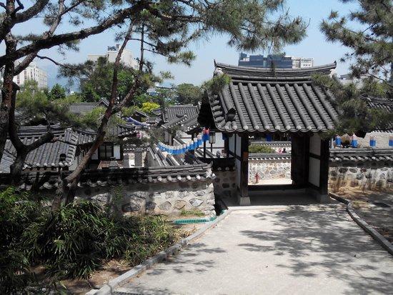 Namsangol Hanok Village: Gate