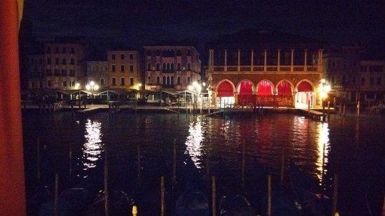 Foscari Palace: 夜 ホテルの窓から