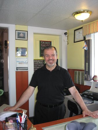 Lakelawn B&B Motel: Matthew at the Front Desk