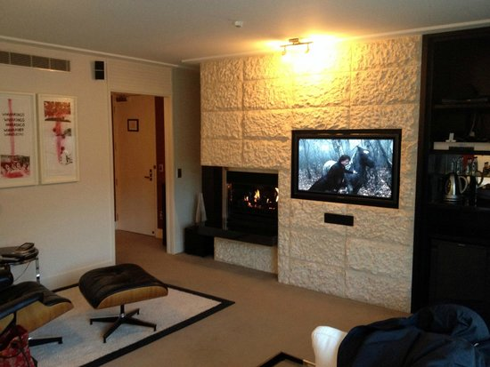 The Spire Hotel Queenstown: Lovely fireplace and TV/sound system