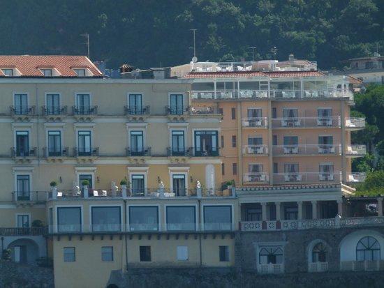 Hotel Regina Sorrento : hôtel à droite de la photo, vue du bateau