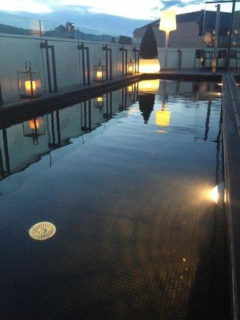 Hotel Cram: Couloir de nage le soir