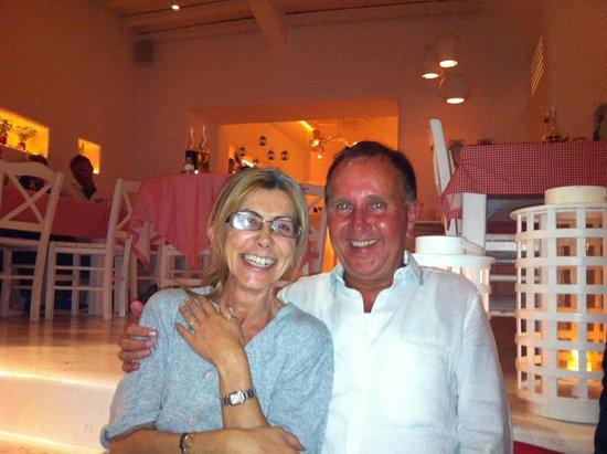 Eigenaresse Rinetta met klant Carol voor restaurant Caesar's