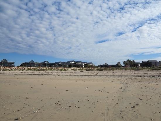 Mantarays Ningaloo Beach Resort: View from beach of resort