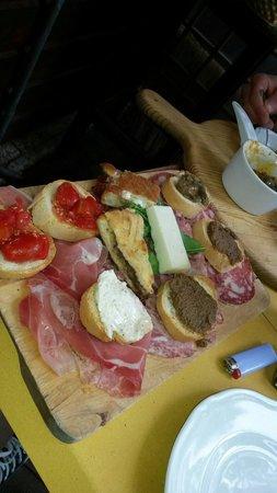 Antica Osteria di Montecarelli : Crostini tipici e salumi