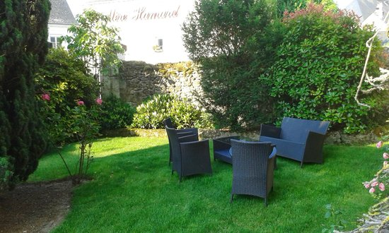 Hostellerie de la Mere Hamard: La Mere Hamard - little garden