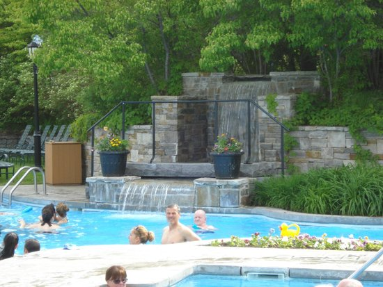 Fairmont Le Manoir Richelieu : The pool area, the spa and almost 100 lounge chairs.
