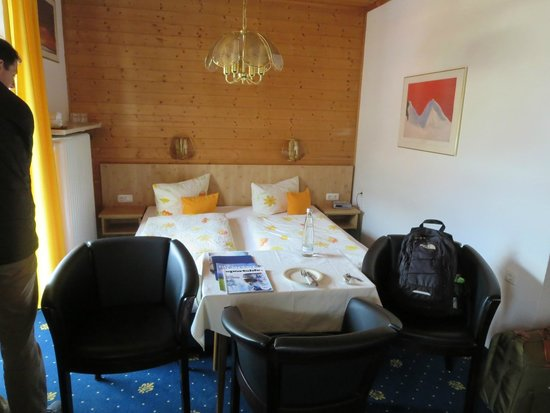 Hotel Almenrausch und Edelweiss: Narrower half of the room. The other bed is behind the photographer
