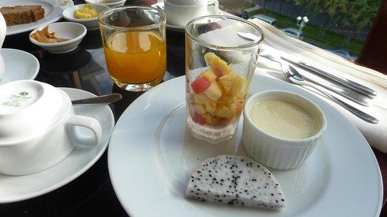 Royal Hotel Saigon ( Kimdo Hotel): フルーツ・バインフランなど