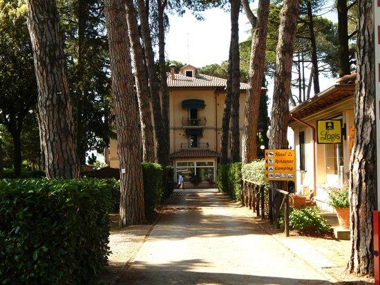 Hotel Kursaal Umbria: Hotel drive entrance