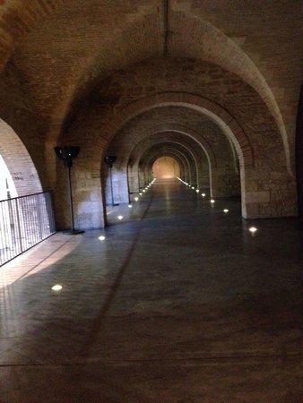 CAPC Musee d'Art Contemporain : 廊下、灯りが素敵