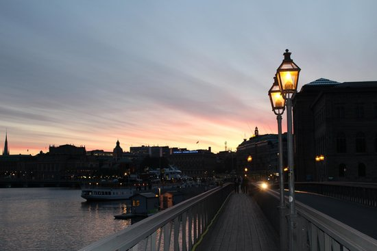 Hotel Skeppsholmen: Evening view of Stockholm from bridge