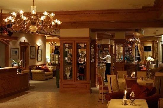 Hotel Seespitz-Zeit: Hotel bar and lounge (Heinz serving behind the bar).