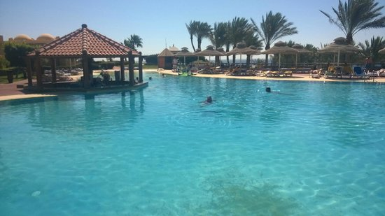 Nubian Island Hotel: Activity Pool - with swim up pool bar