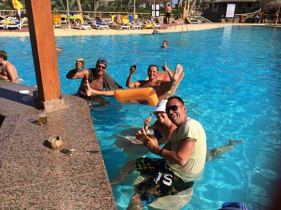 Nubian Island Hotel: Making friends at the swim up pool bar