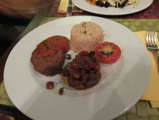Le Potager du Marais: Tofu burger, quinoa, roasted veg & stuffed tomato